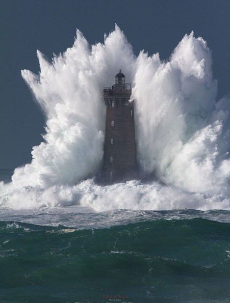 cool-giant-wave-lighthouse-sea
